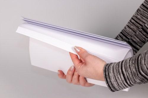 Druckerpapier wird aufgefächert wie Daumenkino