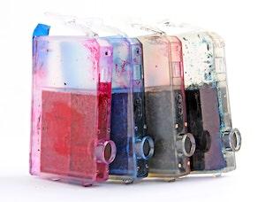 Foto von transparenten Tintenpatronen mit Tinte