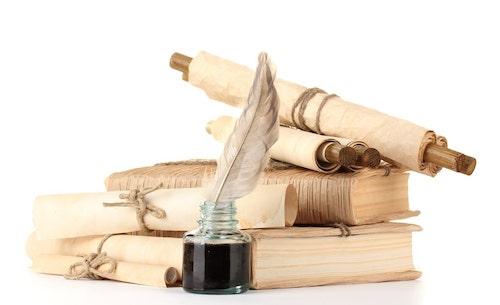 Tintenfass, Federkiel, Schriftrollen und alter Bücher