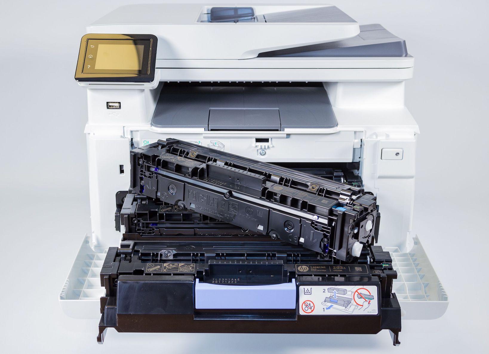 Laserdrucker geöffnet mit Tonerkartusche