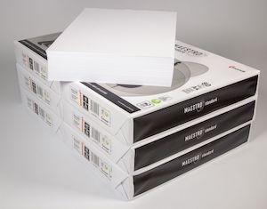 Druckerpapier-Paktete gestapelt