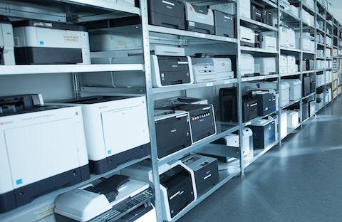 viele verschiedene Drucker in einem Regal