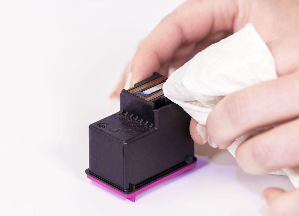 Druckkopf einer Druckkopfpatrone wird mit Tuch abgeschwischt