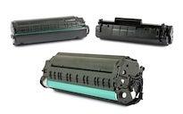 Toner wird aus geöffnetem Laserdrucker entnommen