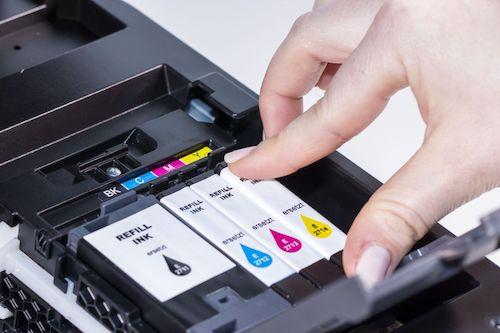 Patronen werden im Drucker auf korrekten Sitz geprüft