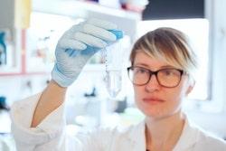 Frau im Labor die Untersuchung durchführt