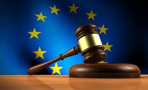 Richterhammer vor EU-Flagge