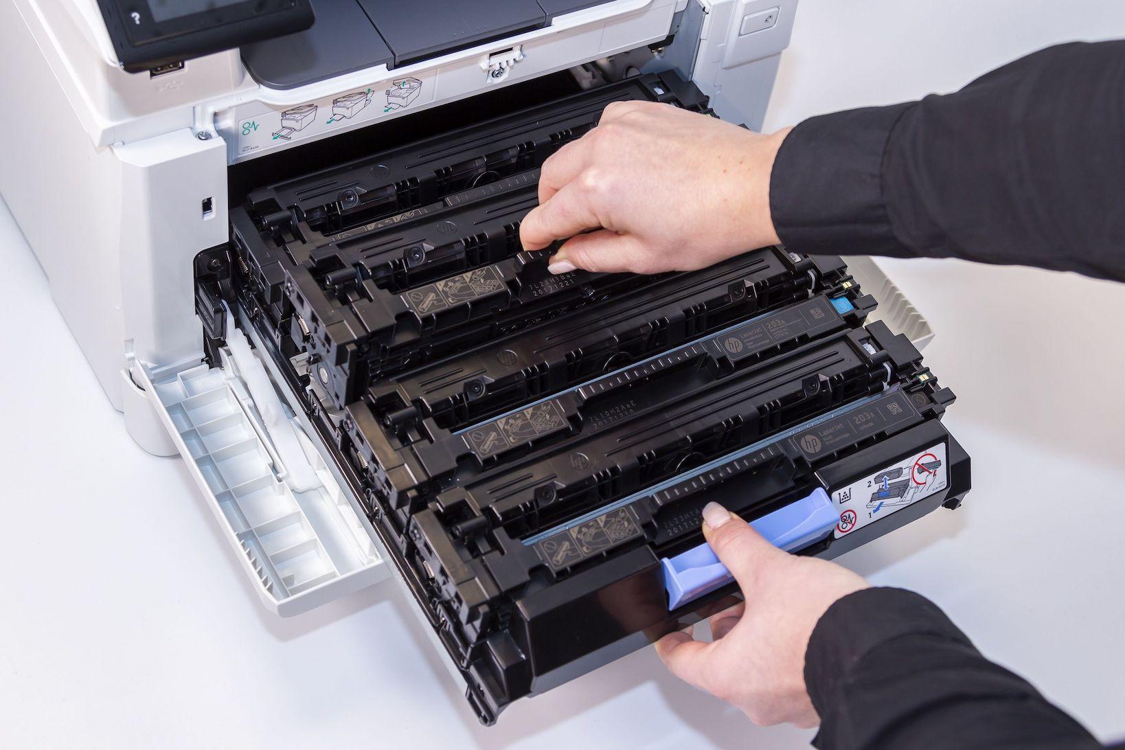 Tonerkartusche wird im Drucker auf korrekten Sitz geprüft