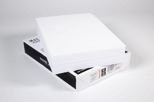 zwei Stapel Druckerpapier einmal ausgepackt einmal in Verpackung