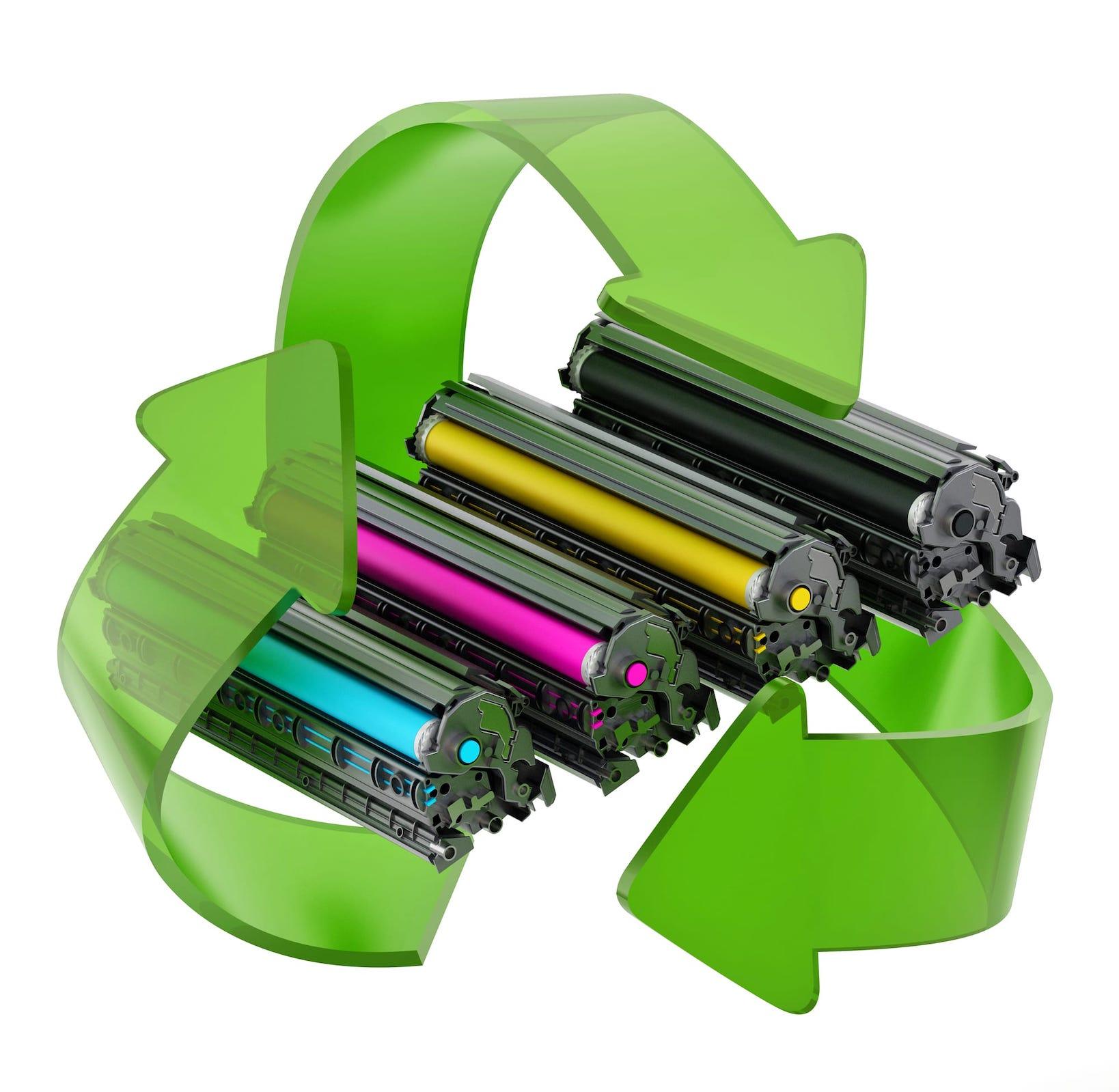 vier Tonerkartuschen mit Recycling-Pfeilen