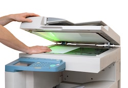 In einen Kopierer wird ein Blatt eingelegt
