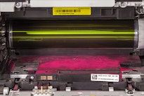 Tonerpulver verteilt in einem geöffneten Laserdrucker